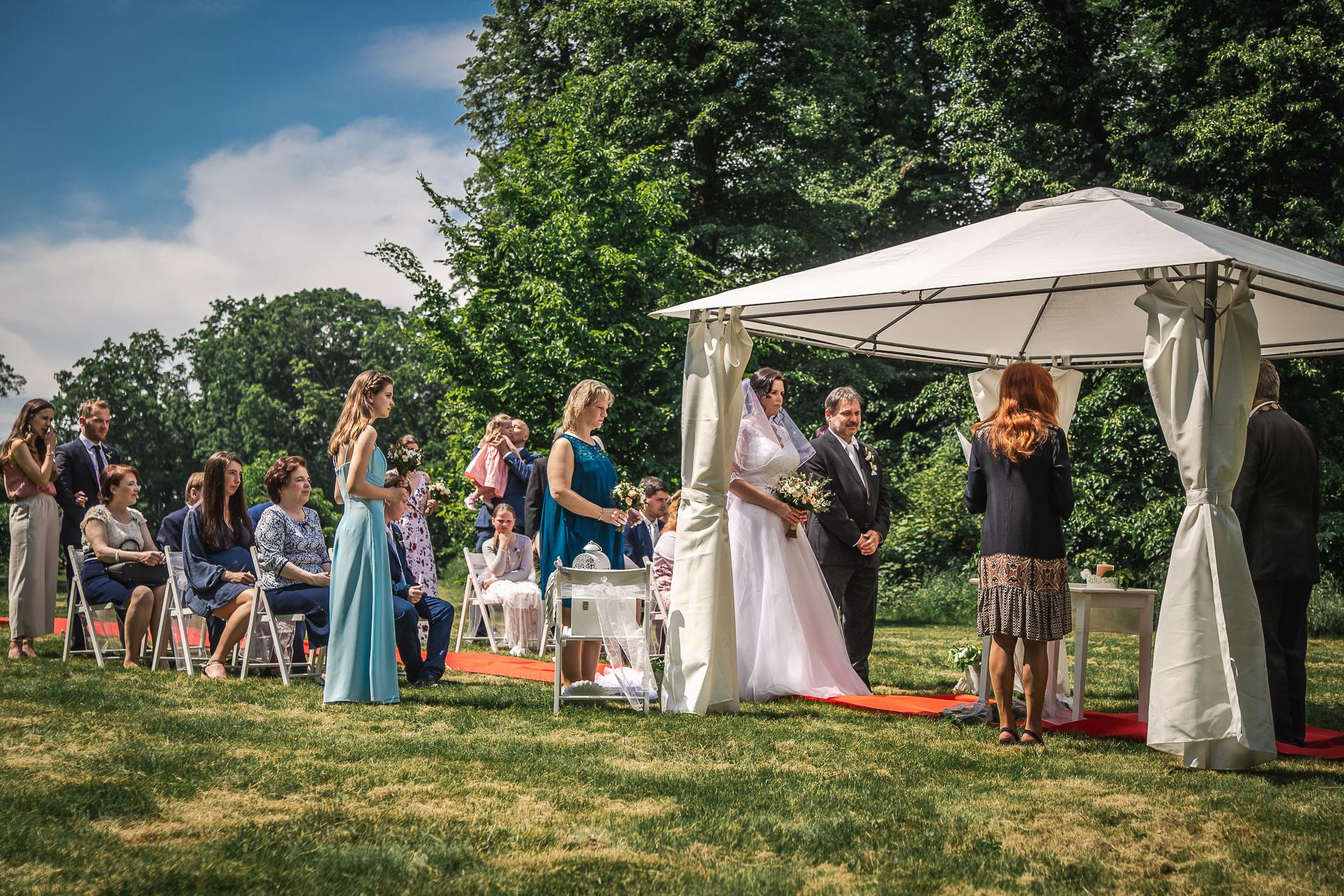 svatební-obřad-na-louce