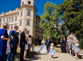 svatební fotograf zámek Mníšek pod Brdy, svatba na zámku, letní nejkrásnější zámecká svatba, Bára a Ondra-32