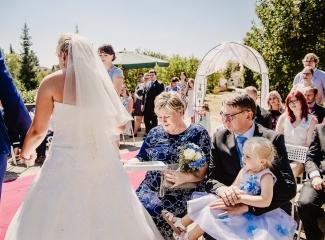svatební fotograf zámek Mníšek pod Brdy, svatba na zámku, letní nejkrásnější zámecká svatba, Bára a Ondra-43