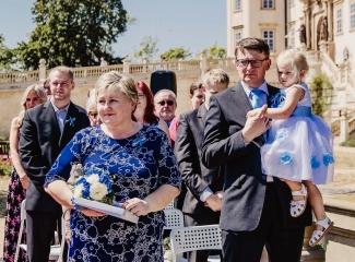 svatební fotograf zámek Mníšek pod Brdy, svatba na zámku, letní nejkrásnější zámecká svatba, Bára a Ondra-45