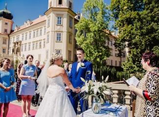 svatební fotograf zámek Mníšek pod Brdy, svatba na zámku, letní nejkrásnější zámecká svatba, Bára a Ondra-48