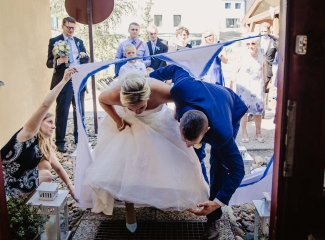 svatební fotograf zámek Mníšek pod Brdy, svatba na zámku, letní nejkrásnější zámecká svatba, Bára a Ondra-110