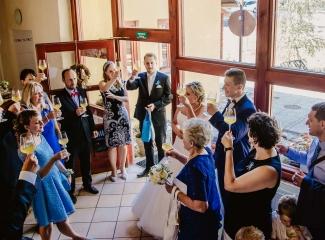 svatební fotograf zámek Mníšek pod Brdy, svatba na zámku, letní nejkrásnější zámecká svatba, Bára a Ondra-114