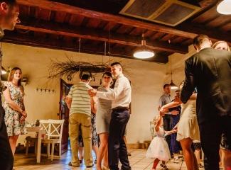 svatební fotograf zámek Mníšek pod Brdy, svatba na zámku, letní nejkrásnější zámecká svatba, Bára a Ondra-154