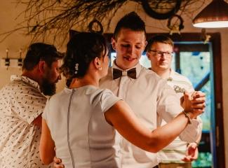 svatební fotograf zámek Mníšek pod Brdy, svatba na zámku, letní nejkrásnější zámecká svatba, Bára a Ondra-155