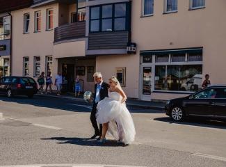 svatební fotograf zámek Mníšek pod Brdy, svatba na zámku, letní nejkrásnější zámecká svatba, Bára a Ondra-22