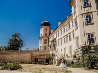 svatební fotograf zámek Mníšek pod Brdy, svatba na zámku, letní nejkrásnější zámecká svatba, Bára a Ondra-31