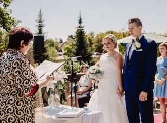 svatební fotograf zámek Mníšek pod Brdy, svatba na zámku, letní nejkrásnější zámecká svatba, Bára a Ondra-41