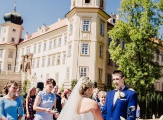 svatební fotograf zámek Mníšek pod Brdy, svatba na zámku, letní nejkrásnější zámecká svatba, Bára a Ondra-47