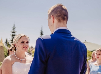 svatební fotograf zámek Mníšek pod Brdy, svatba na zámku, letní nejkrásnější zámecká svatba, Bára a Ondra-51