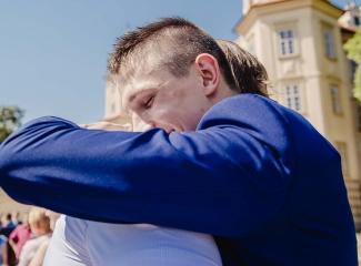 svatební fotograf zámek Mníšek pod Brdy, svatba na zámku, letní nejkrásnější zámecká svatba, Bára a Ondra-70