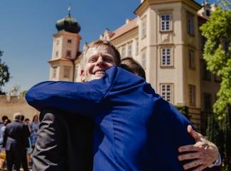 svatební fotograf zámek Mníšek pod Brdy, svatba na zámku, letní nejkrásnější zámecká svatba, Bára a Ondra-71