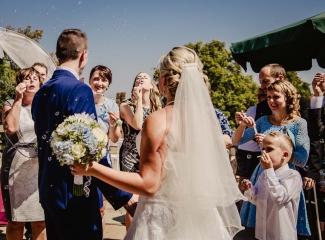 svatební fotograf zámek Mníšek pod Brdy, svatba na zámku, letní nejkrásnější zámecká svatba, Bára a Ondra-78
