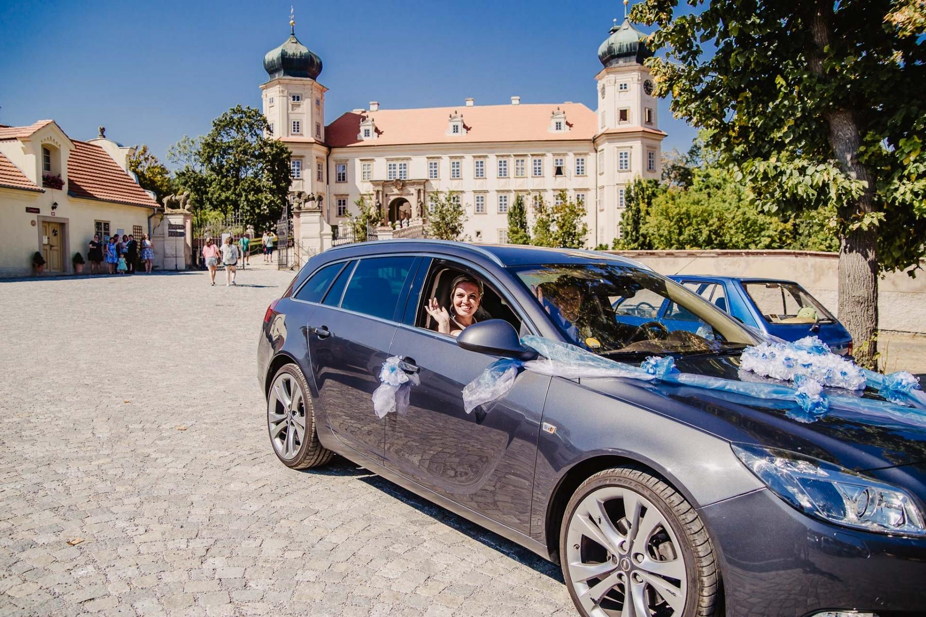 svatební fotograf zámek Mníšek pod Brdy, svatba na zámku, letní nejkrásnější zámecká svatba, Bára a Ondra-105