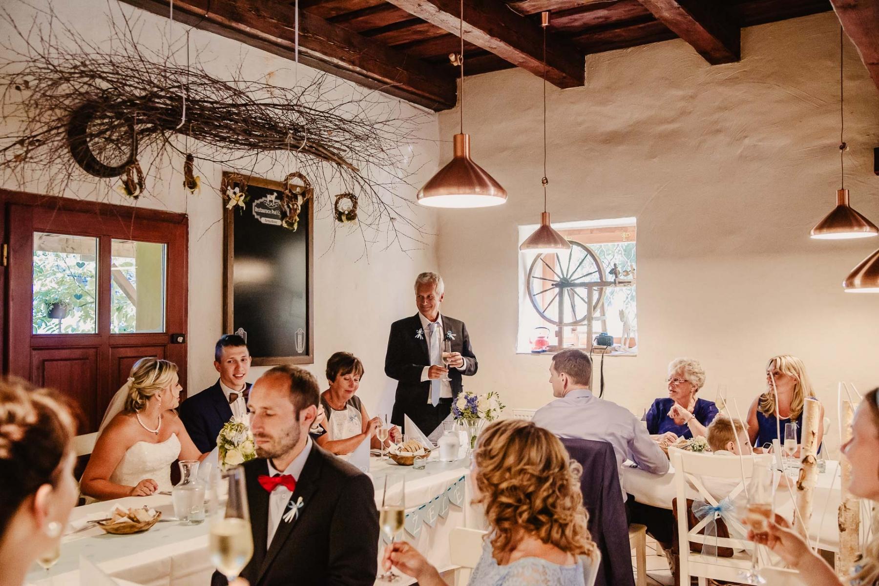 svatební fotograf zámek Mníšek pod Brdy, svatba na zámku, letní nejkrásnější zámecká svatba, Bára a Ondra-116