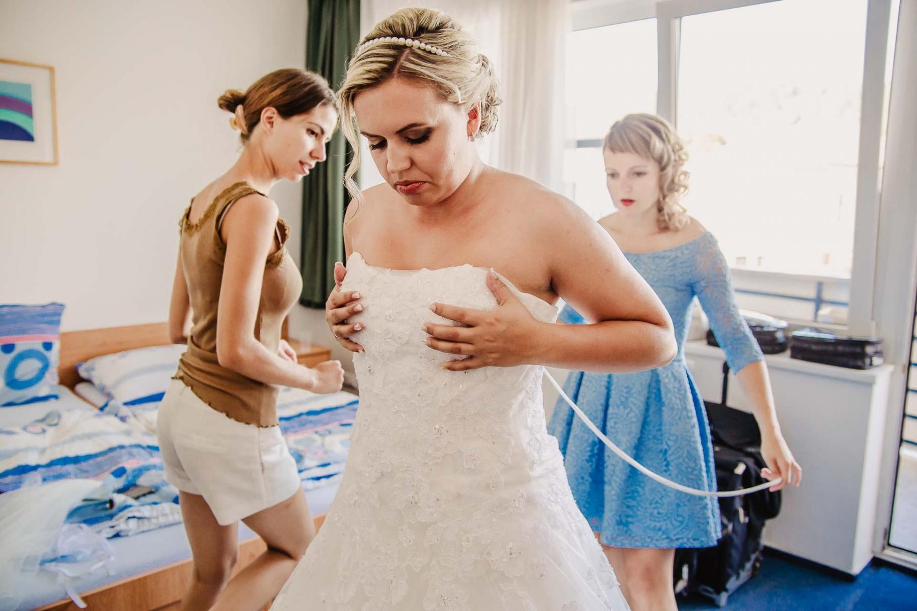 svatební fotograf zámek Mníšek pod Brdy, svatba na zámku, letní nejkrásnější zámecká svatba, Bára a Ondra-12