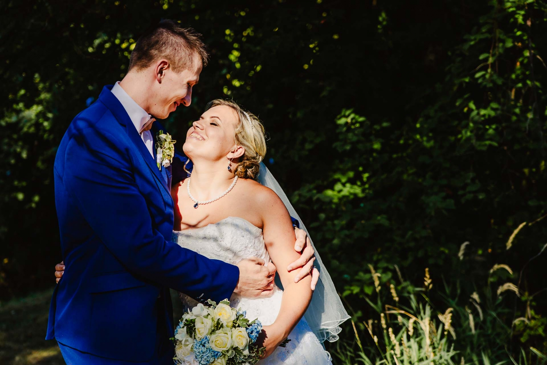svatební fotograf zámek Mníšek pod Brdy, svatba na zámku, letní nejkrásnější zámecká svatba, Bára a Ondra-123