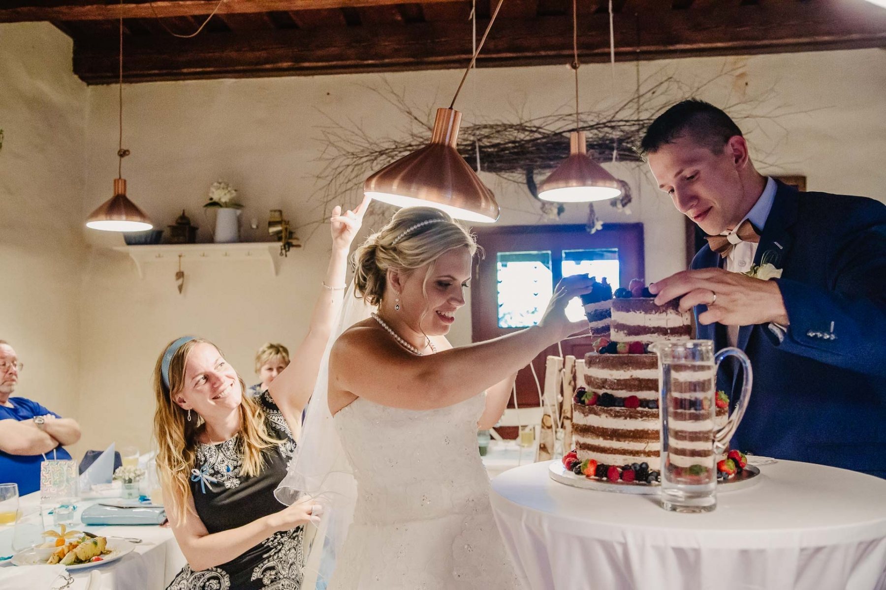 svatební fotograf zámek Mníšek pod Brdy, svatba na zámku, letní nejkrásnější zámecká svatba, Bára a Ondra-147