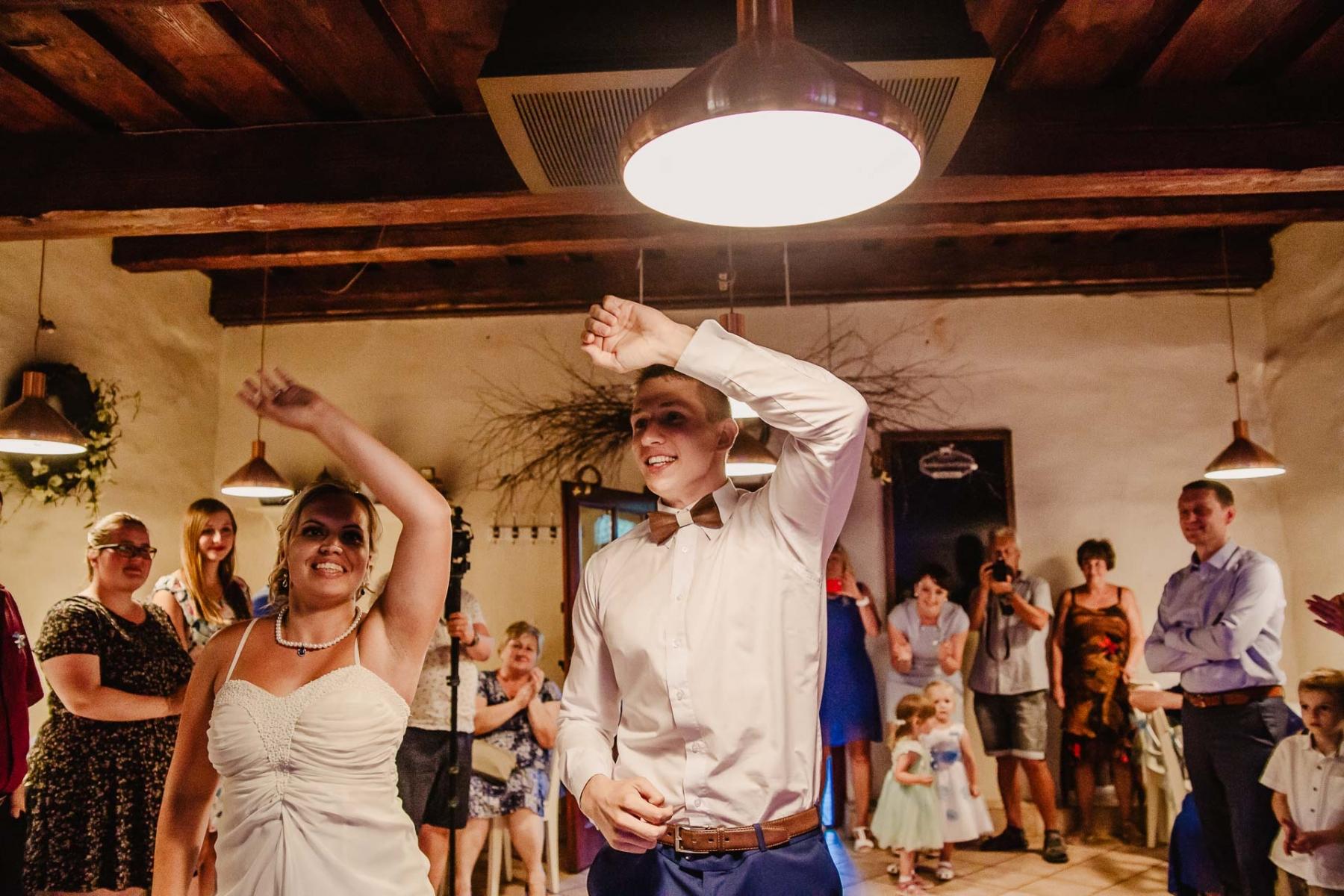 svatební fotograf zámek Mníšek pod Brdy, svatba na zámku, letní nejkrásnější zámecká svatba, Bára a Ondra-149