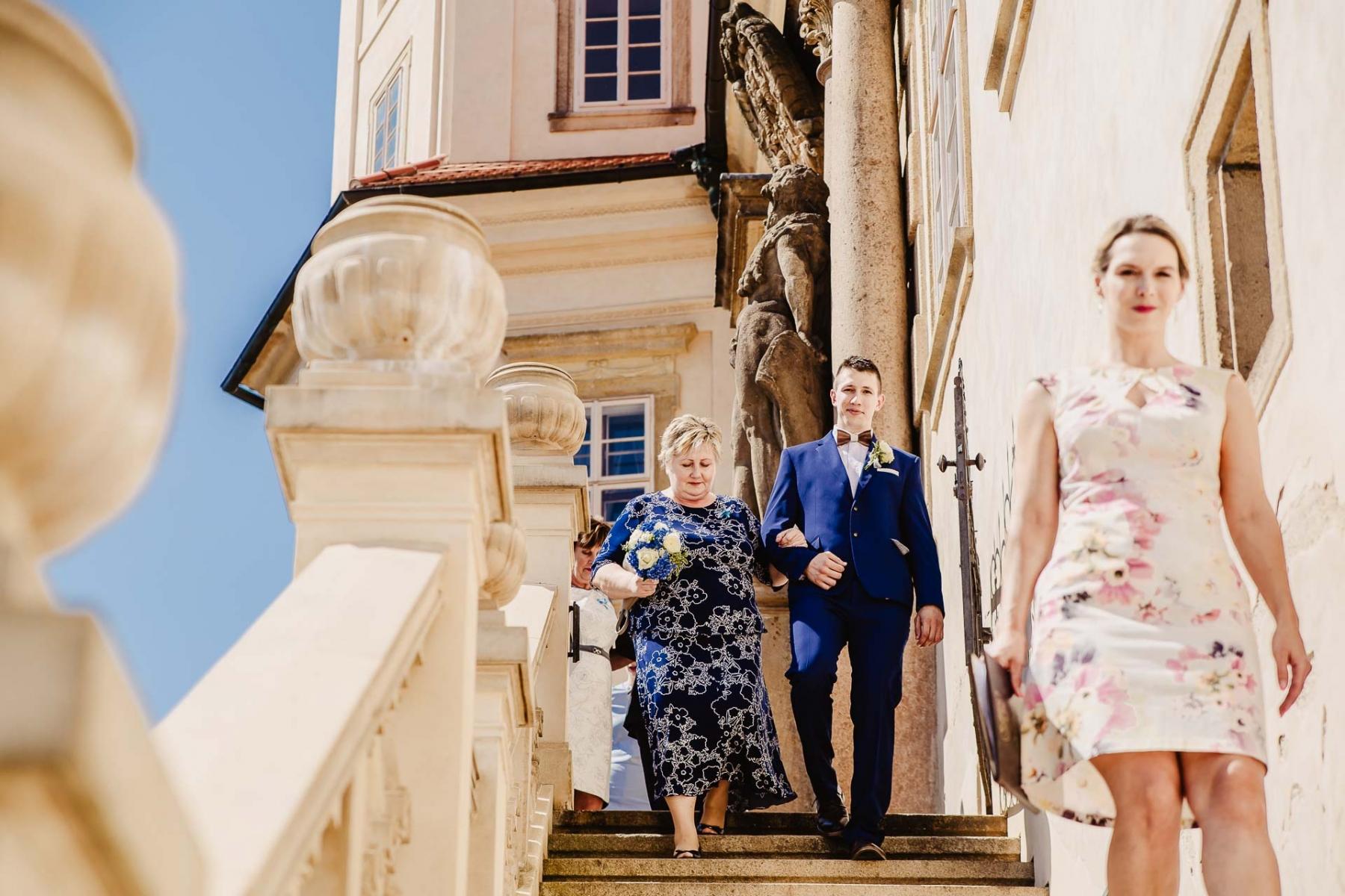 svatební fotograf zámek Mníšek pod Brdy, svatba na zámku, letní nejkrásnější zámecká svatba, Bára a Ondra-26