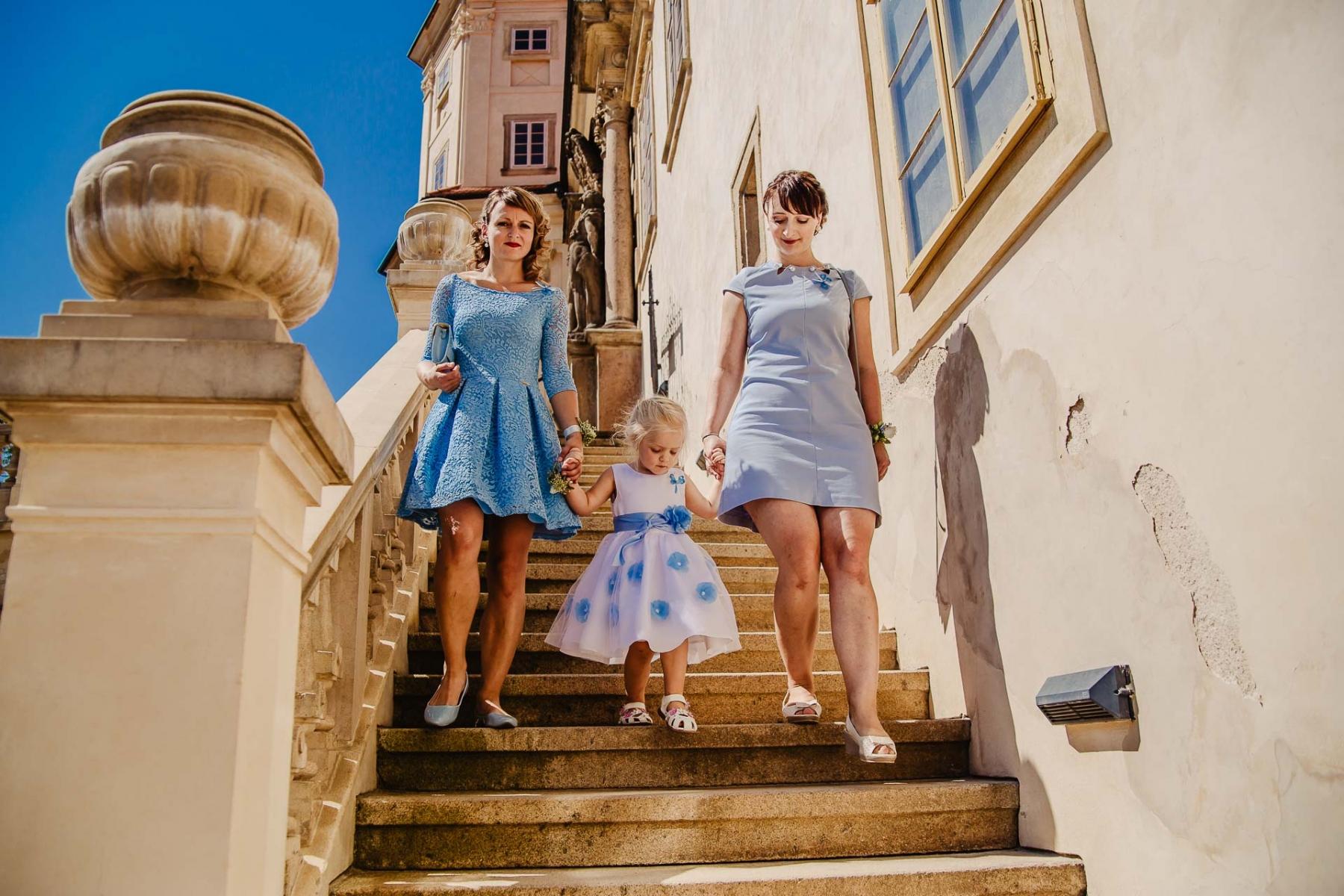 svatební fotograf zámek Mníšek pod Brdy, svatba na zámku, letní nejkrásnější zámecká svatba, Bára a Ondra-27