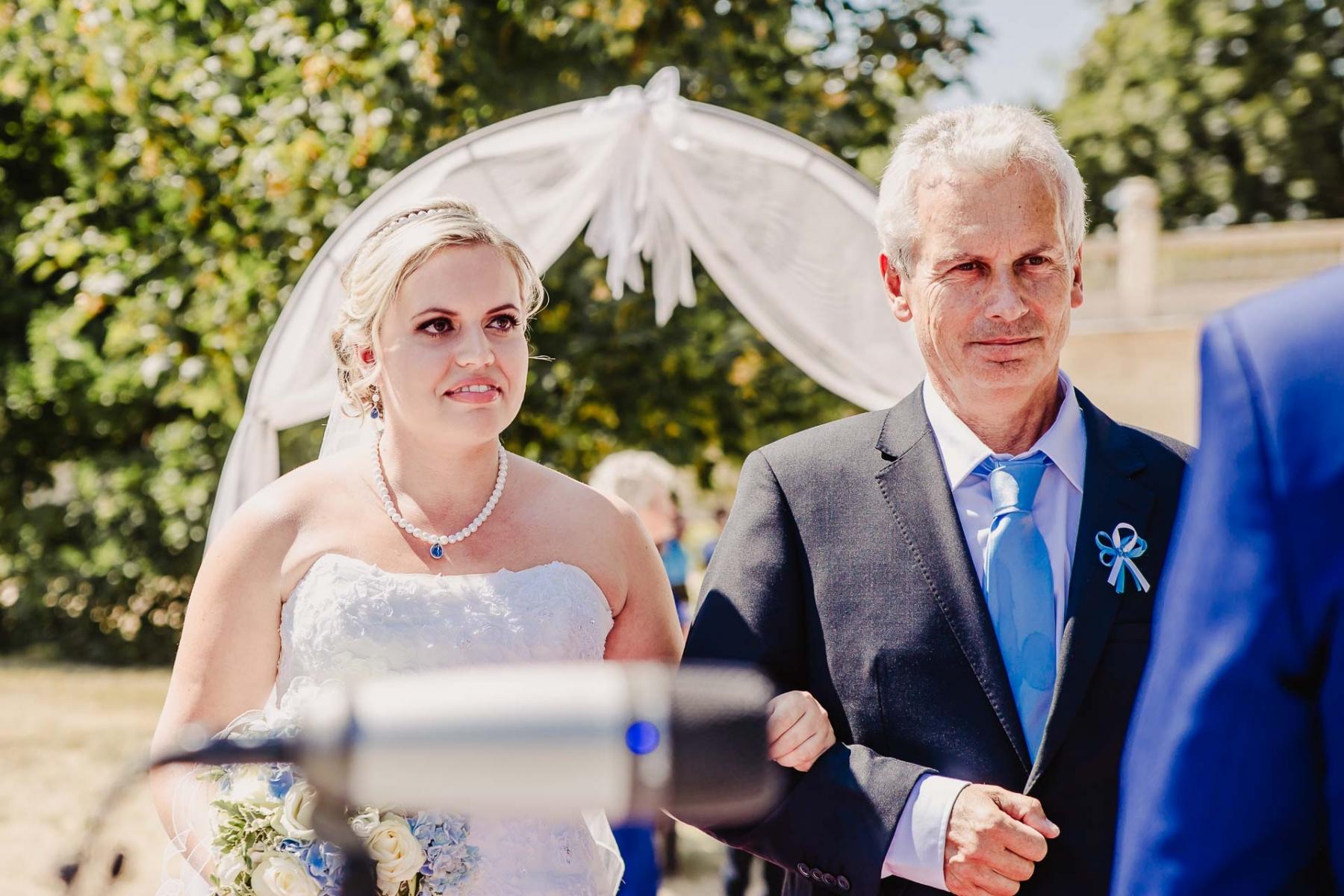svatební fotograf zámek Mníšek pod Brdy, svatba na zámku, letní nejkrásnější zámecká svatba, Bára a Ondra-34