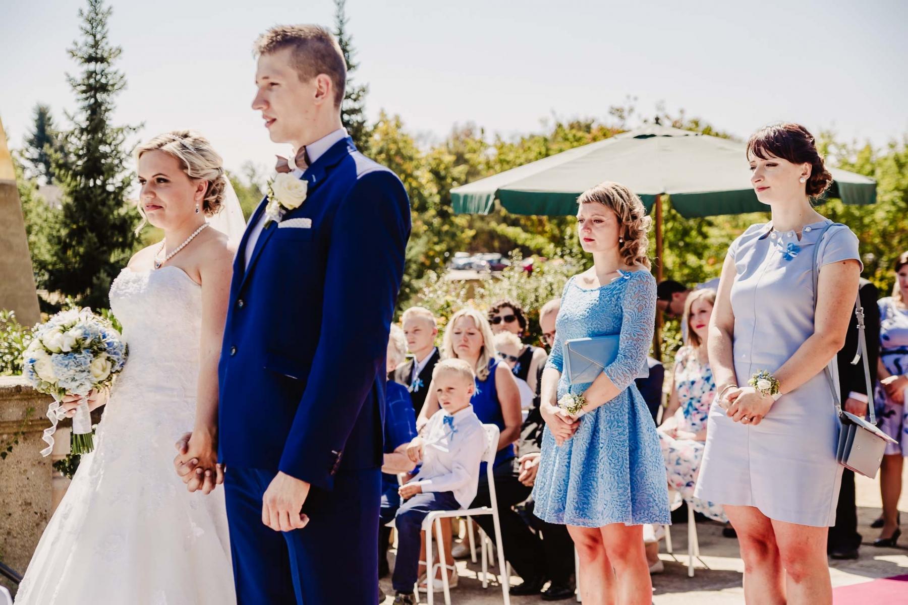 svatební fotograf zámek Mníšek pod Brdy, svatba na zámku, letní nejkrásnější zámecká svatba, Bára a Ondra-38