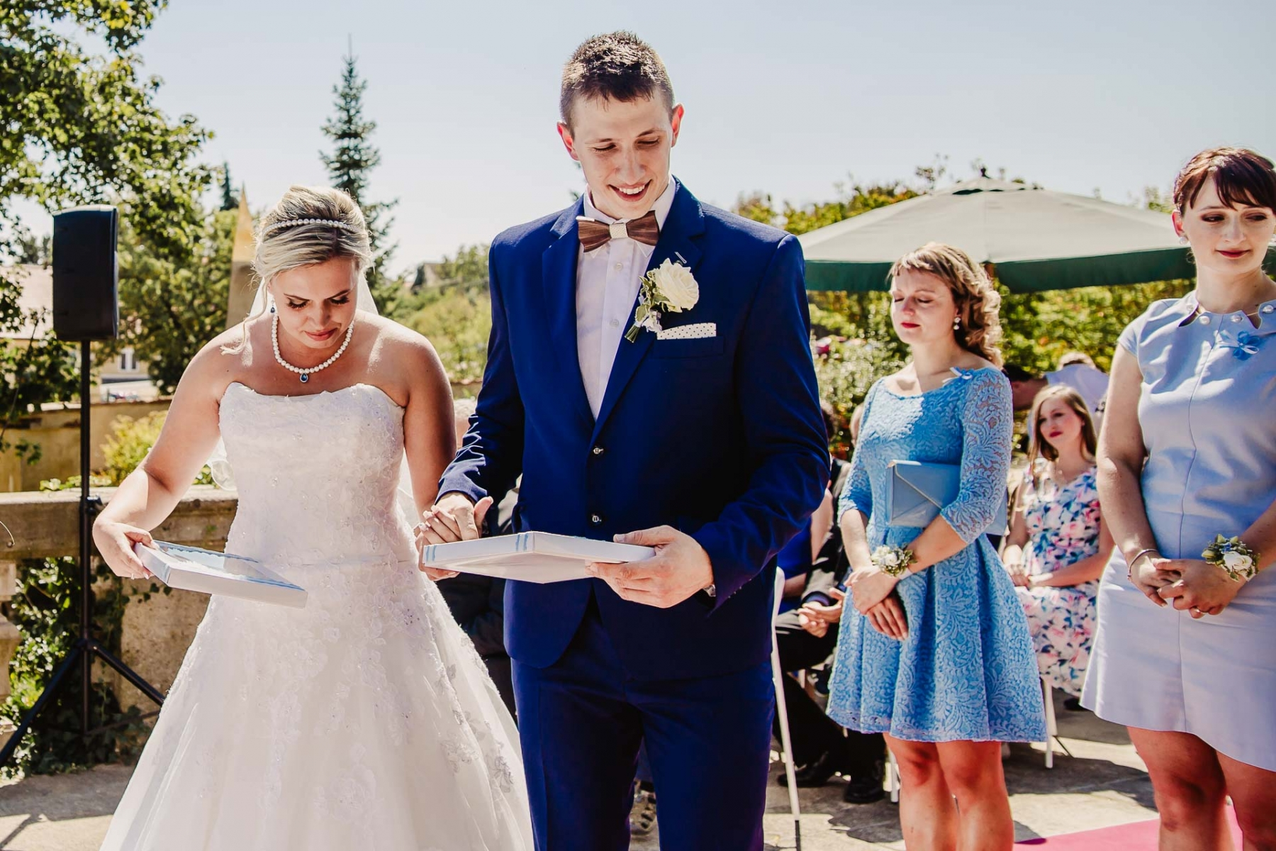 svatební fotograf zámek Mníšek pod Brdy, svatba na zámku, letní nejkrásnější zámecká svatba, Bára a Ondra-42