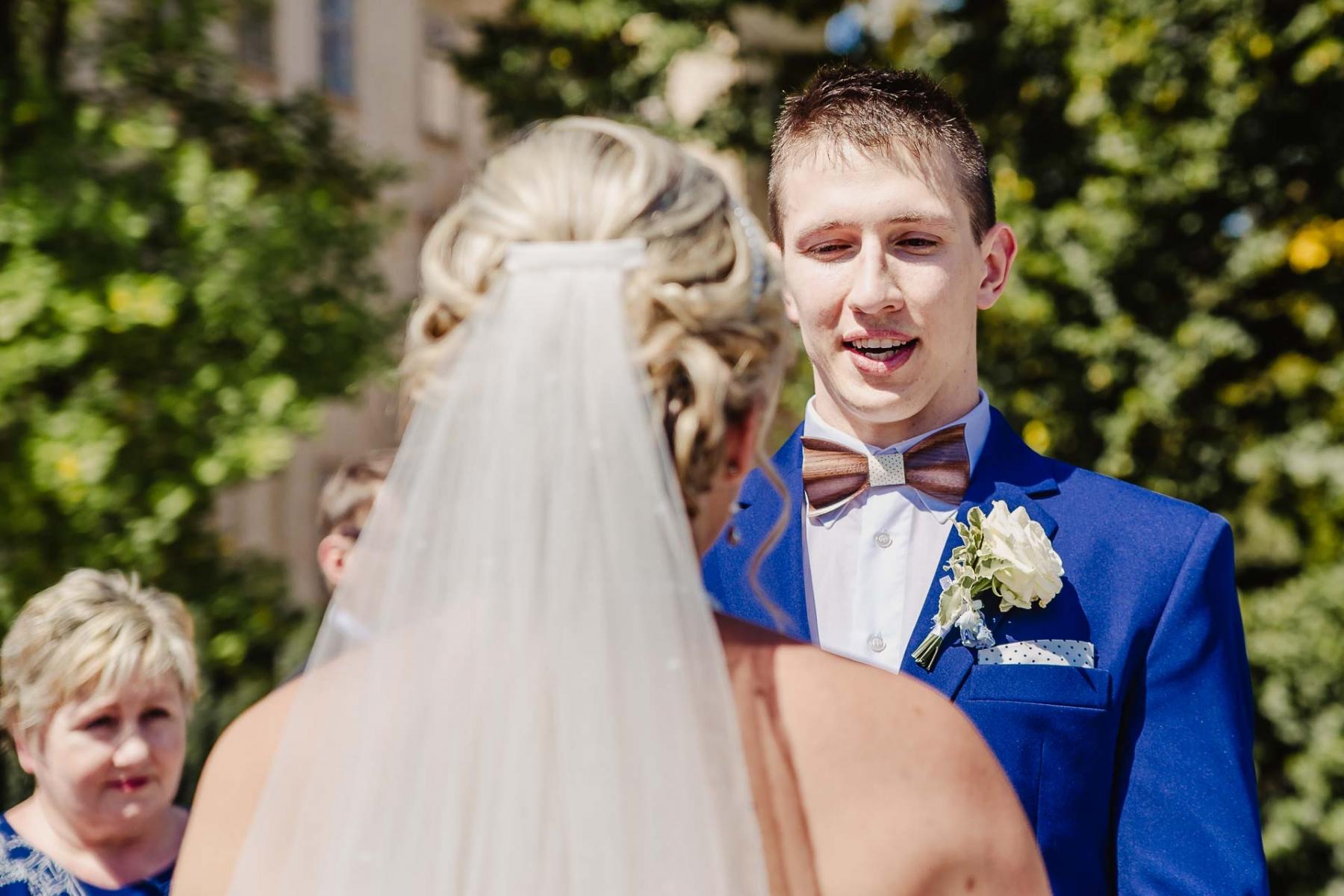 svatební fotograf zámek Mníšek pod Brdy, svatba na zámku, letní nejkrásnější zámecká svatba, Bára a Ondra-49