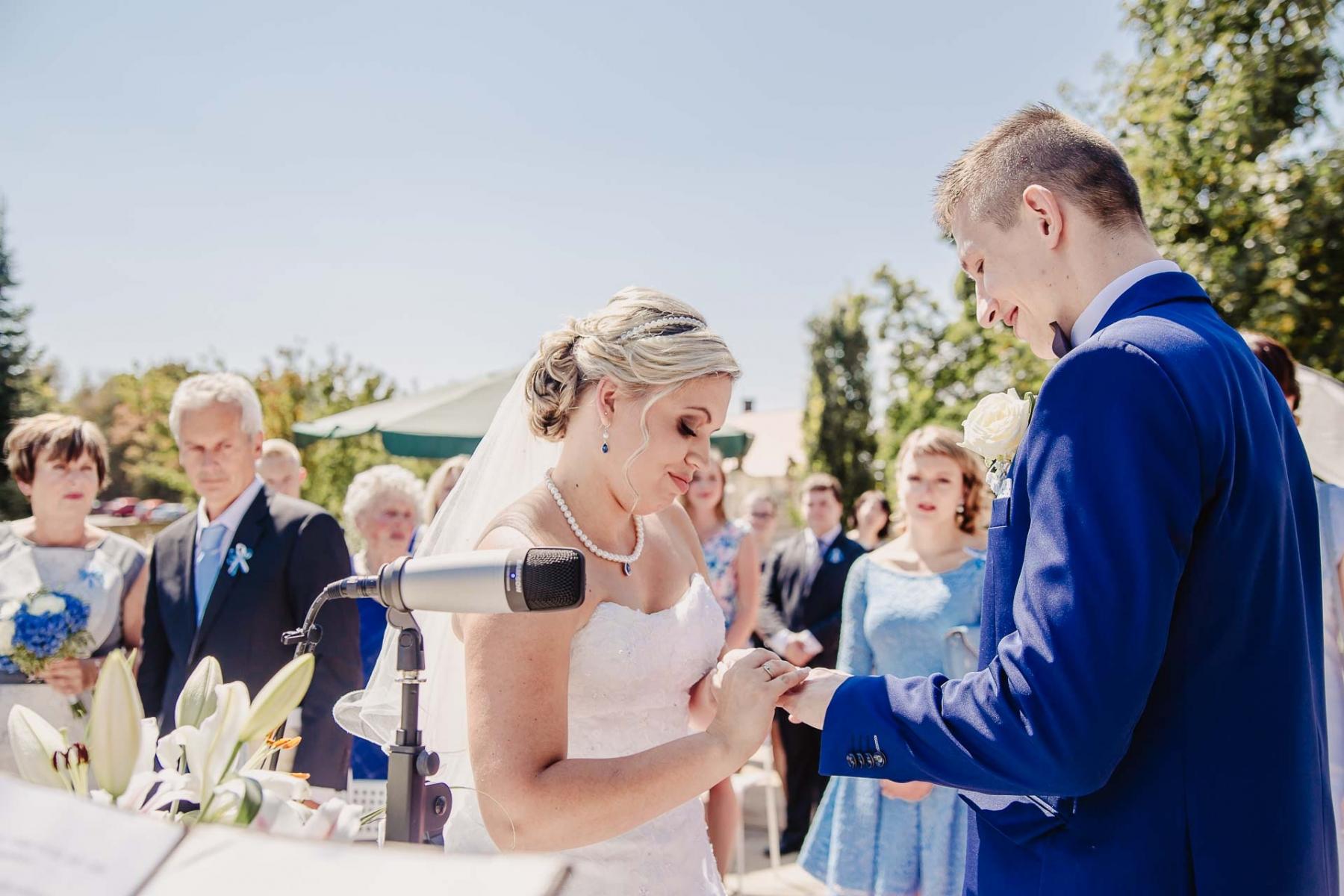 svatební fotograf zámek Mníšek pod Brdy, svatba na zámku, letní nejkrásnější zámecká svatba, Bára a Ondra-53