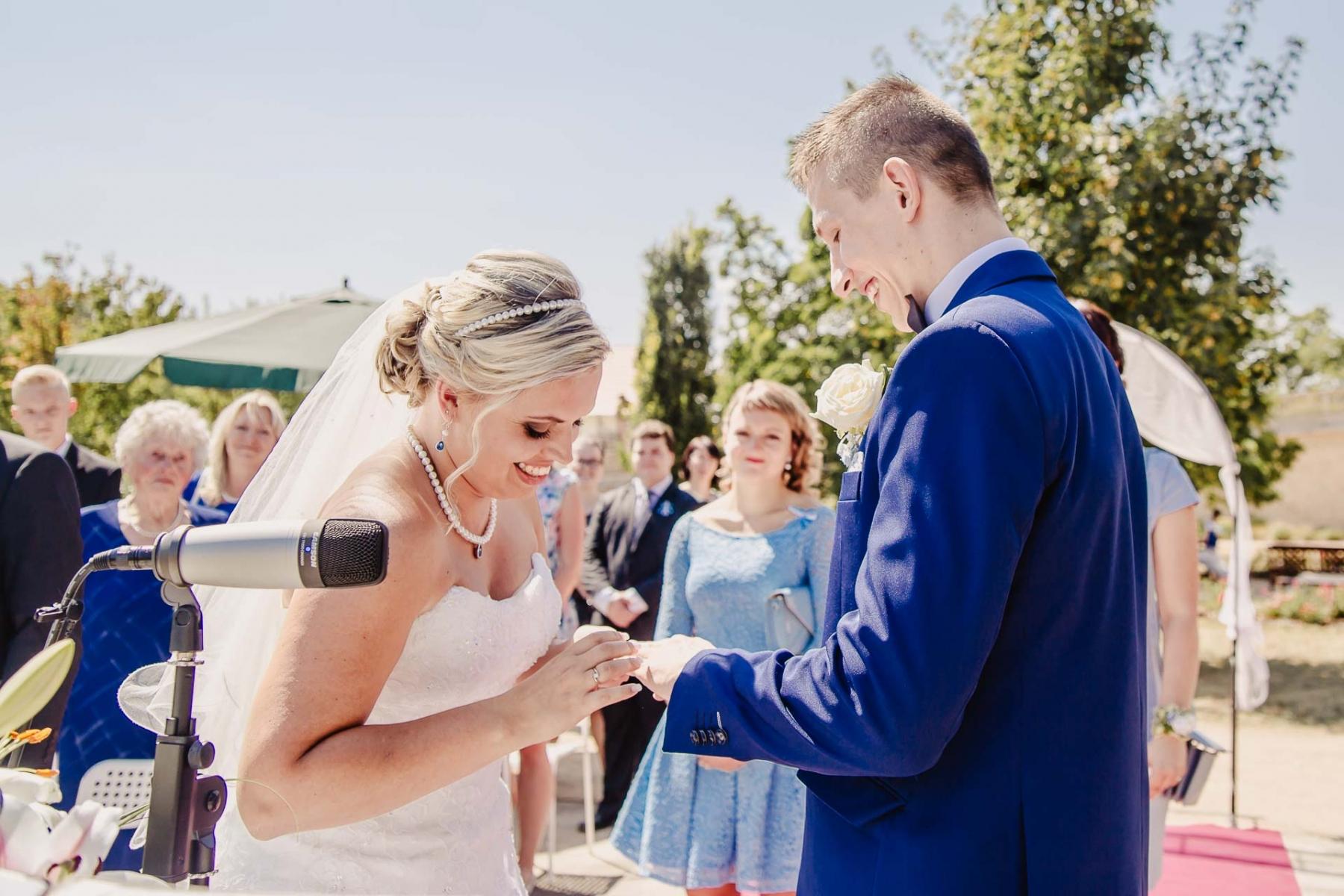 svatební fotograf zámek Mníšek pod Brdy, svatba na zámku, letní nejkrásnější zámecká svatba, Bára a Ondra-54