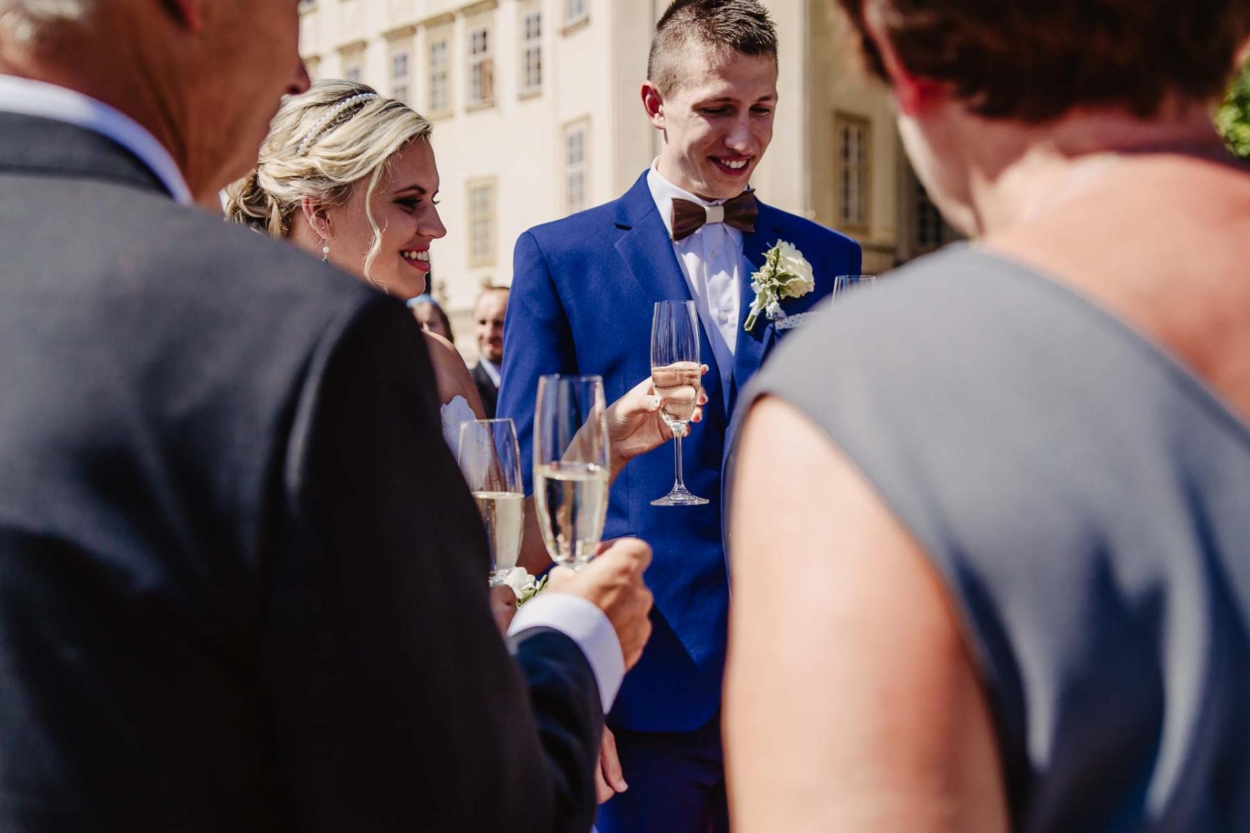 svatební fotograf zámek Mníšek pod Brdy, svatba na zámku, letní nejkrásnější zámecká svatba, Bára a Ondra-57