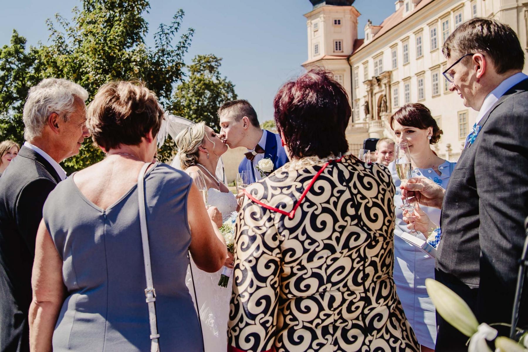 svatební fotograf zámek Mníšek pod Brdy, svatba na zámku, letní nejkrásnější zámecká svatba, Bára a Ondra-58