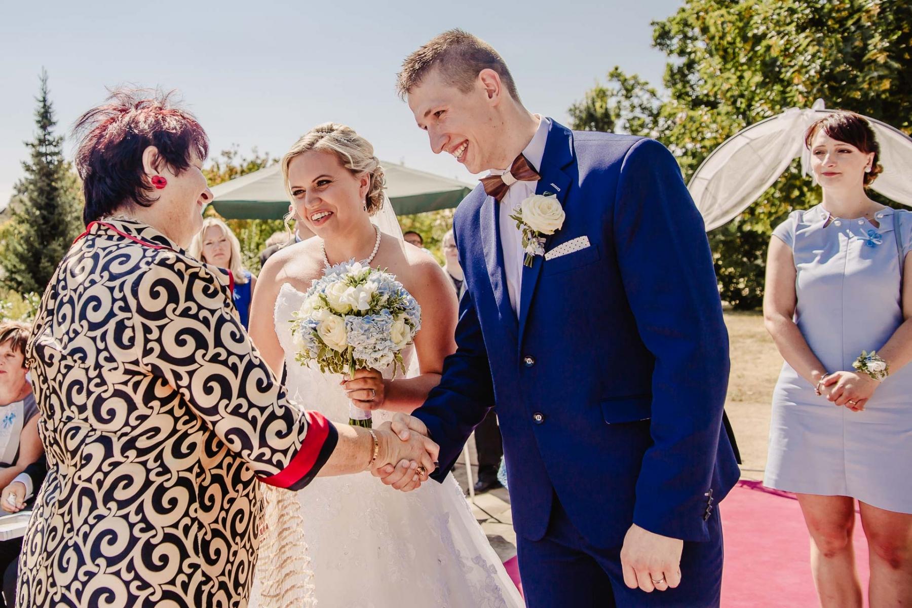 svatební fotograf zámek Mníšek pod Brdy, svatba na zámku, letní nejkrásnější zámecká svatba, Bára a Ondra-60