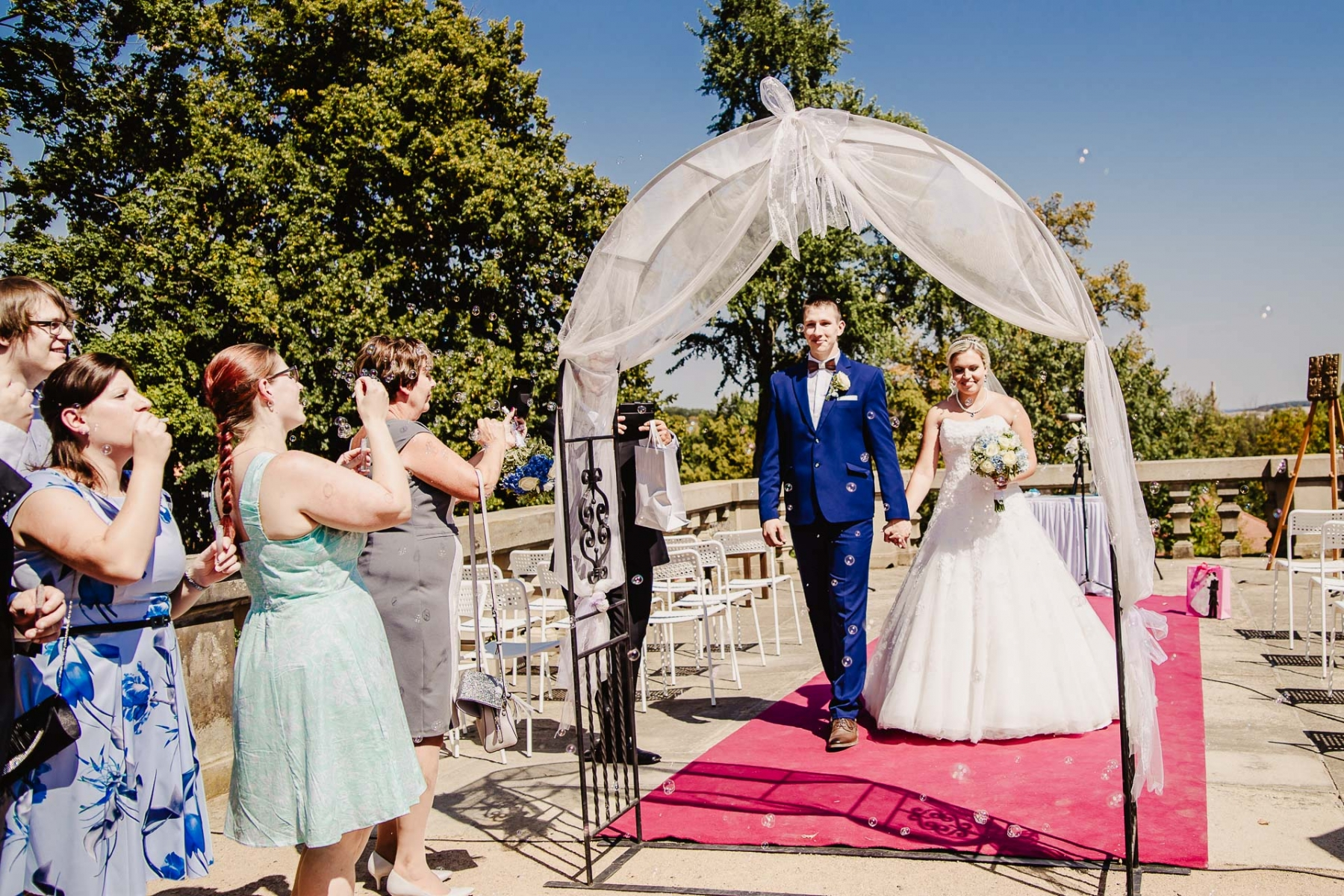 svatební fotograf zámek Mníšek pod Brdy, svatba na zámku, letní nejkrásnější zámecká svatba, Bára a Ondra-72