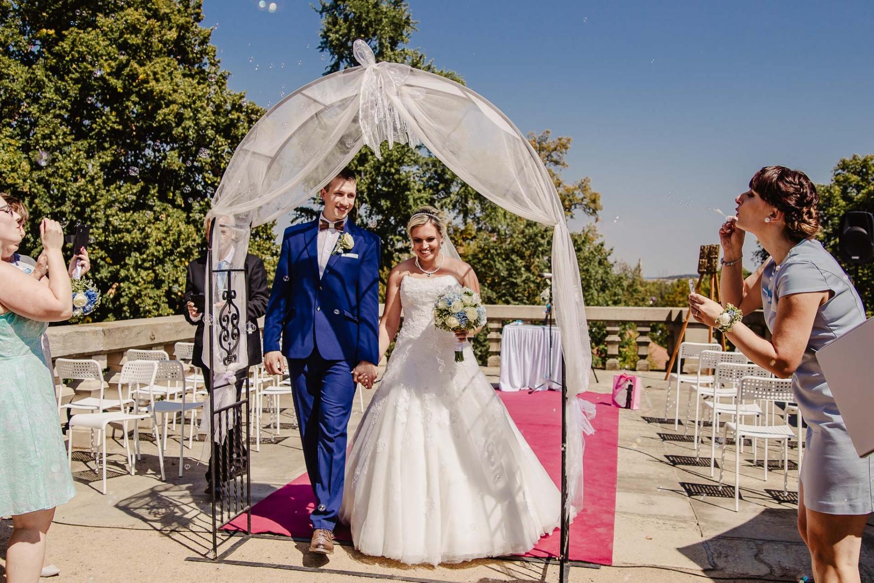 svatební fotograf zámek Mníšek pod Brdy, svatba na zámku, letní nejkrásnější zámecká svatba, Bára a Ondra-73