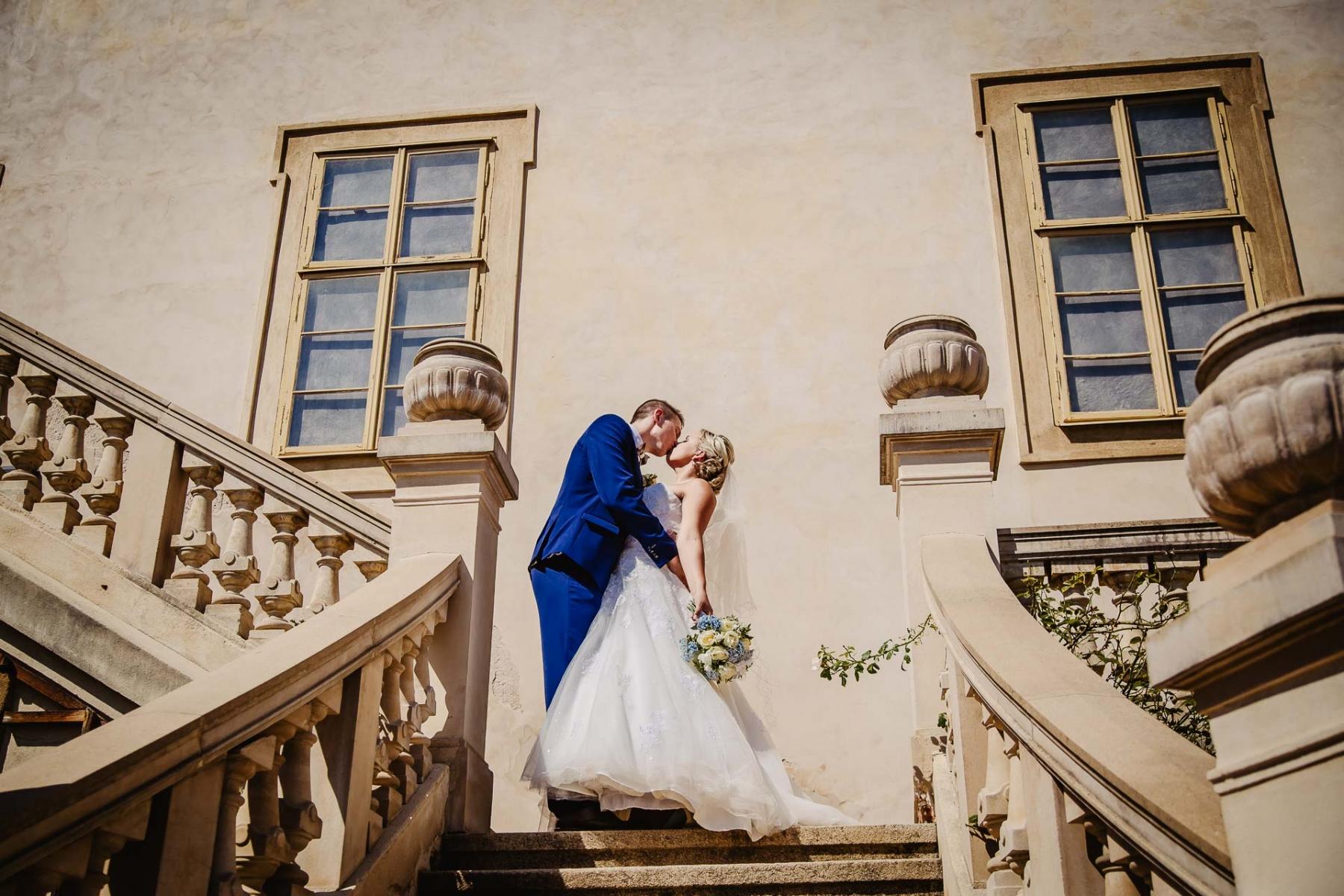 svatební fotograf zámek Mníšek pod Brdy, svatba na zámku, letní nejkrásnější zámecká svatba, Bára a Ondra-90