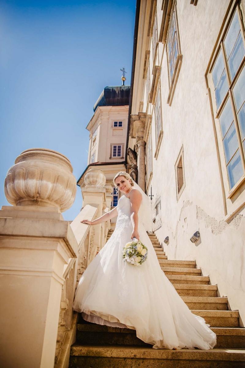 svatební fotograf zámek Mníšek pod Brdy, svatba na zámku, letní nejkrásnější zámecká svatba, Bára a Ondra-95