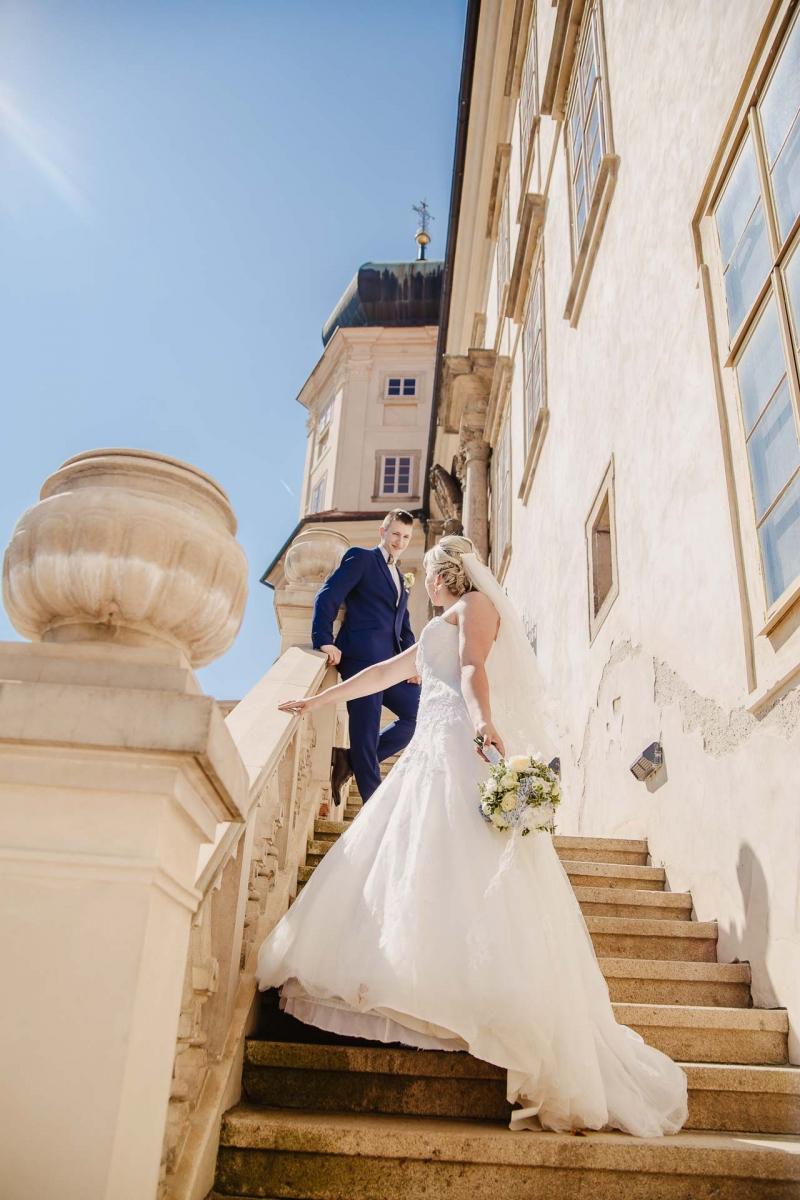 svatební fotograf zámek Mníšek pod Brdy, svatba na zámku, letní nejkrásnější zámecká svatba, Bára a Ondra-99