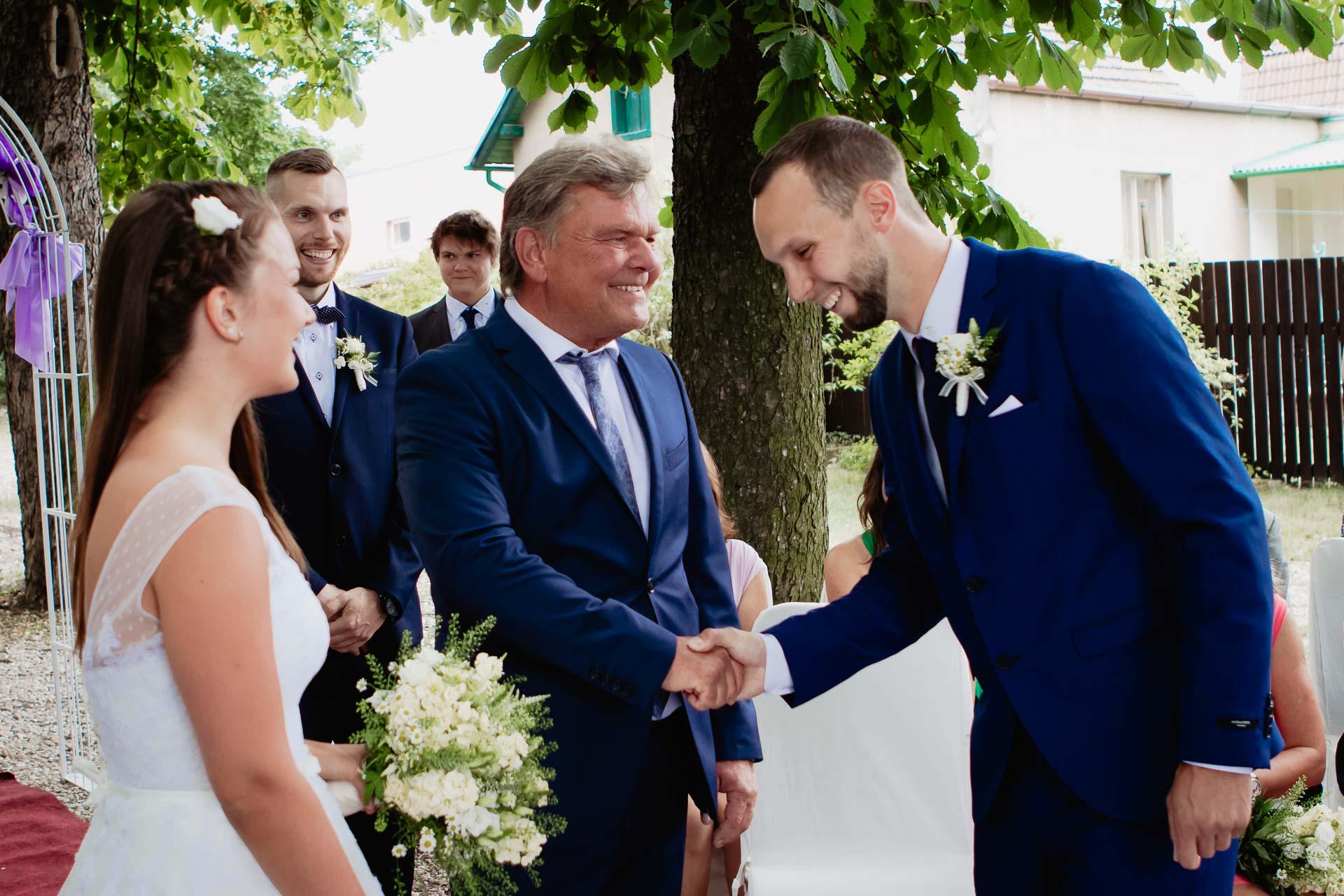 svatební-fotograf-dolní-počernice-svatební-fotograf-Zámecký-park-Dolní-Počernice-17