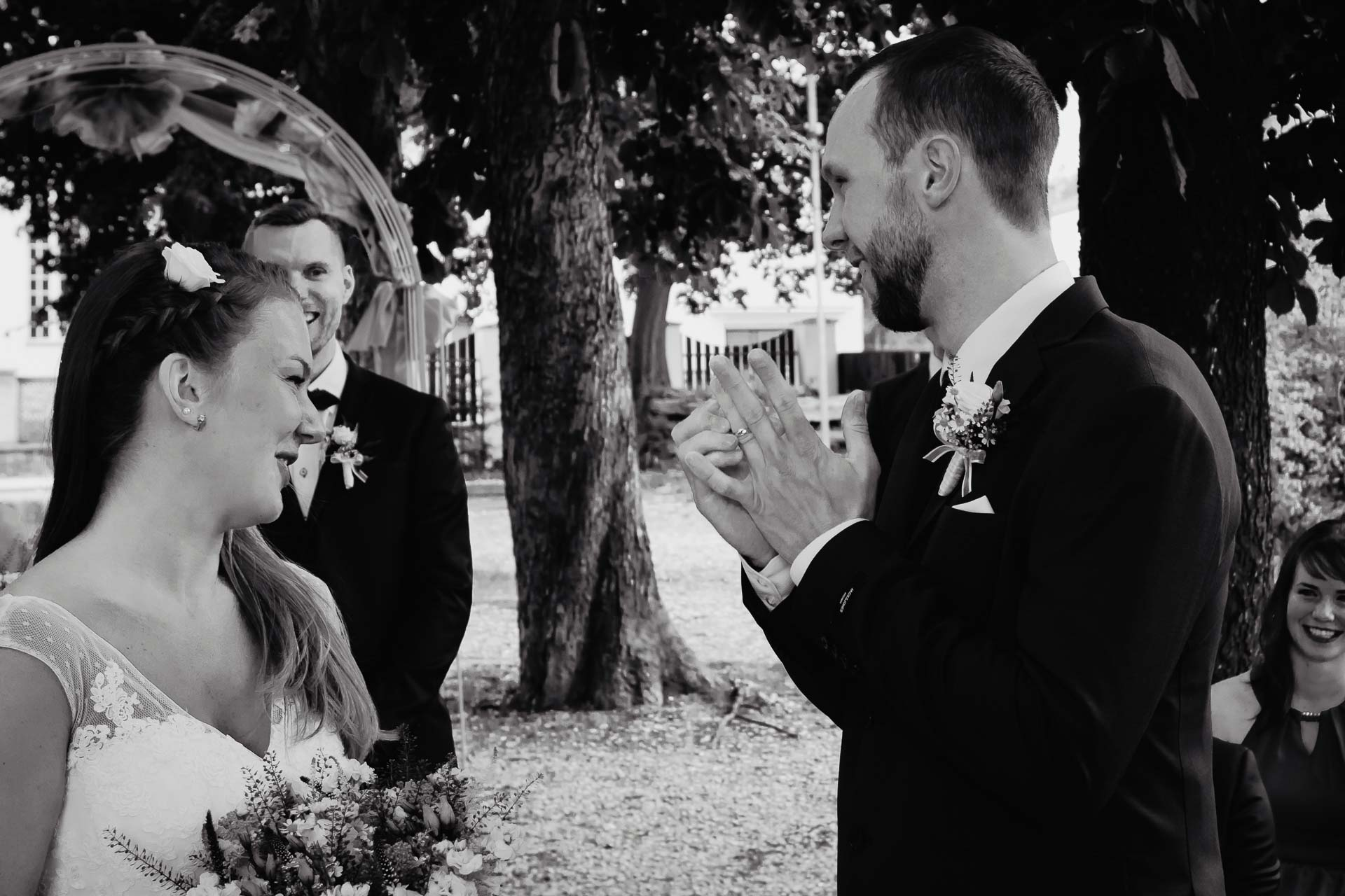 svatební-fotograf-dolní-počernice-svatební-fotograf-Zámecký-park-Dolní-Počernice-42