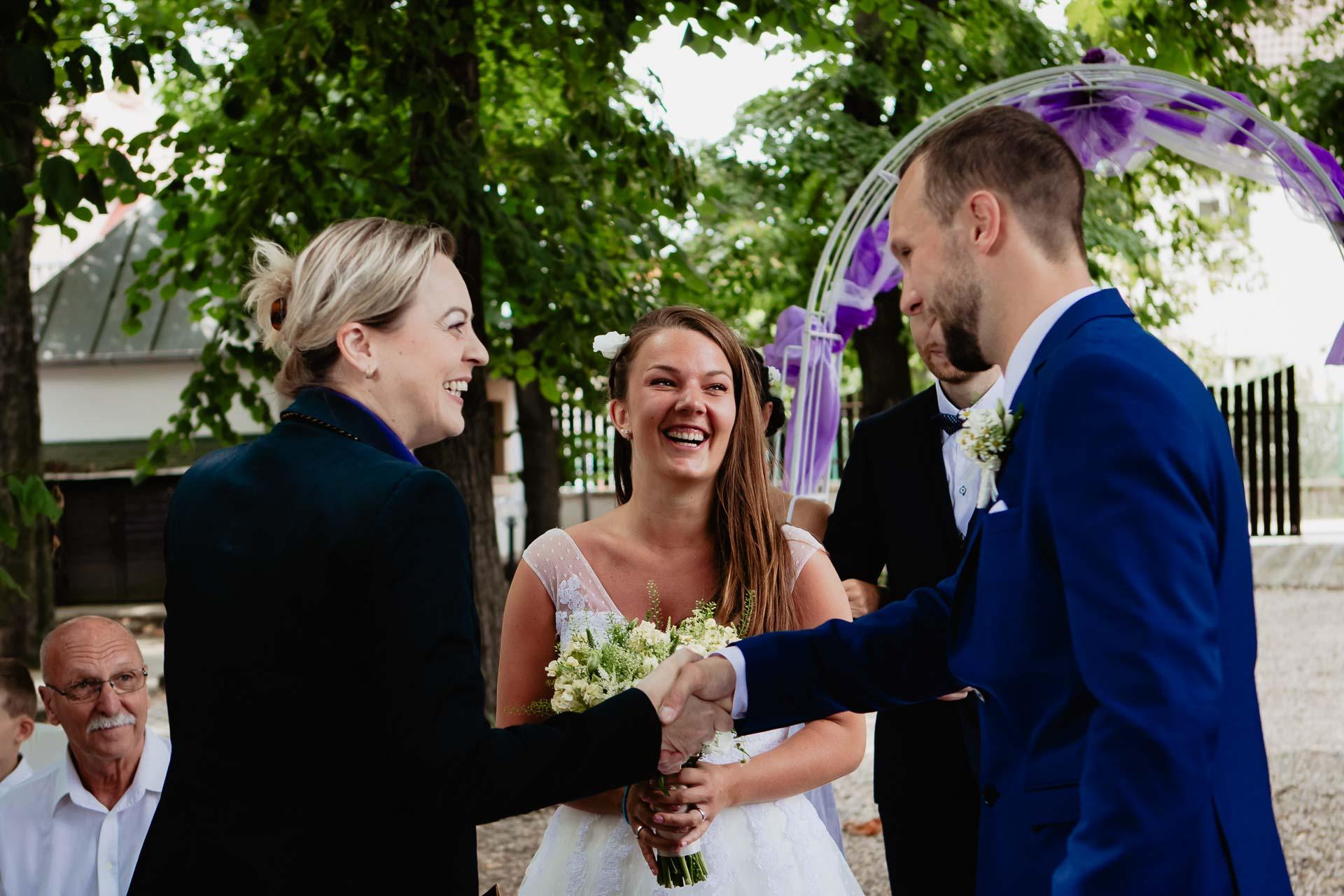 svatební-fotograf-dolní-počernice-svatební-fotograf-Zámecký-park-Dolní-Počernice-55