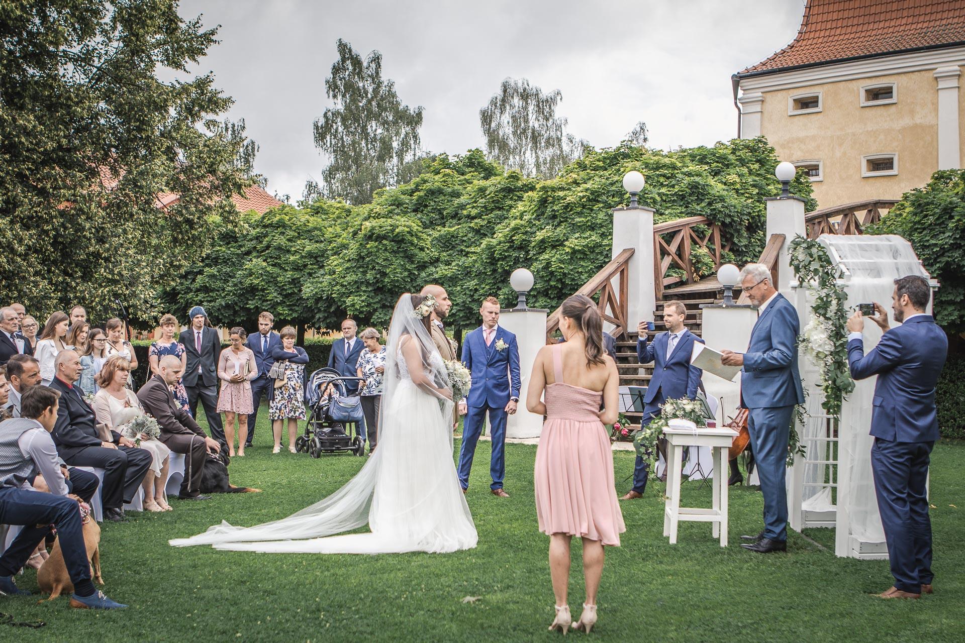 Svatební-fotograf-Dvůr-Pecínov-Benešov-8821