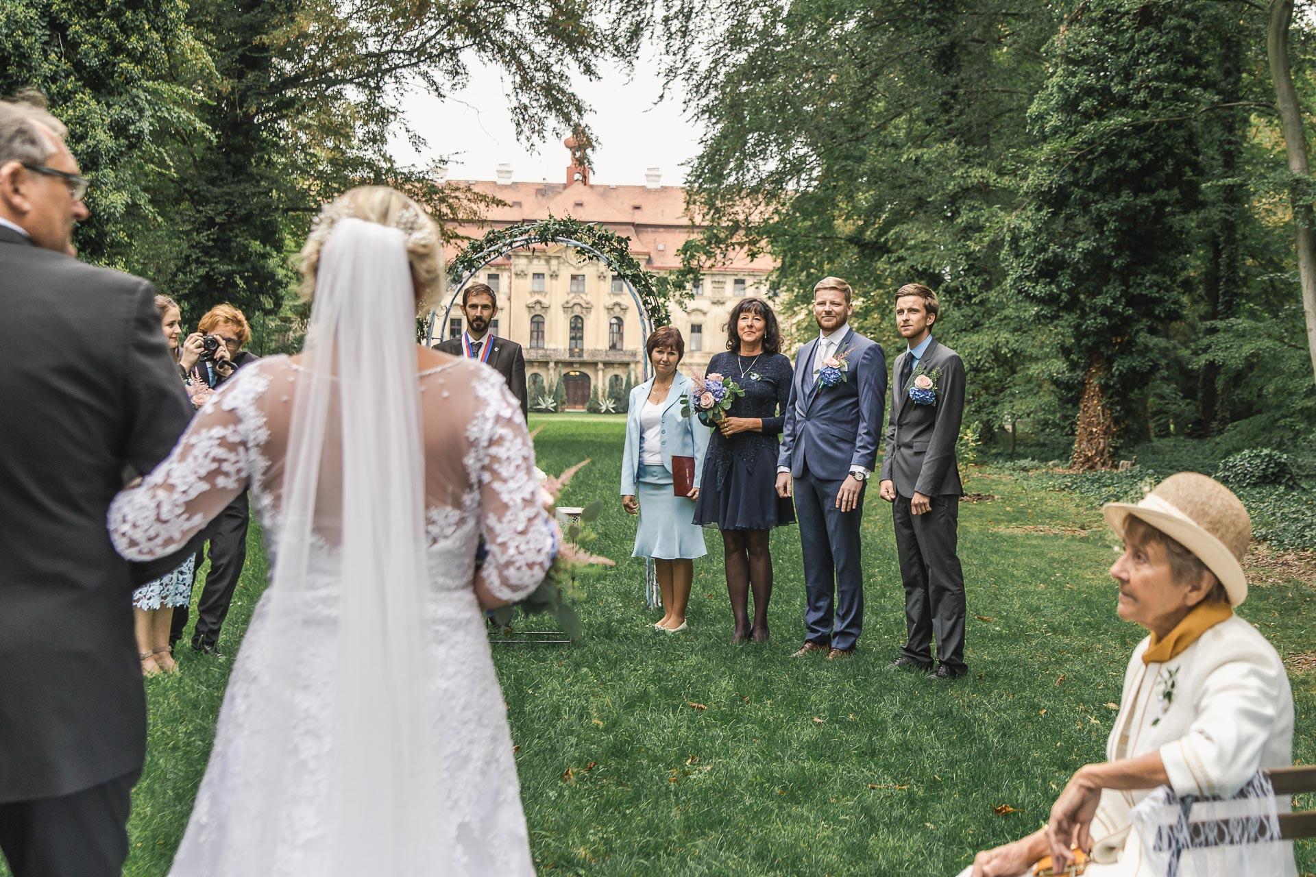 Svatební-fotograf-zámecký-park-Měšice-Svatba-Měšice-u-Prahy-7097