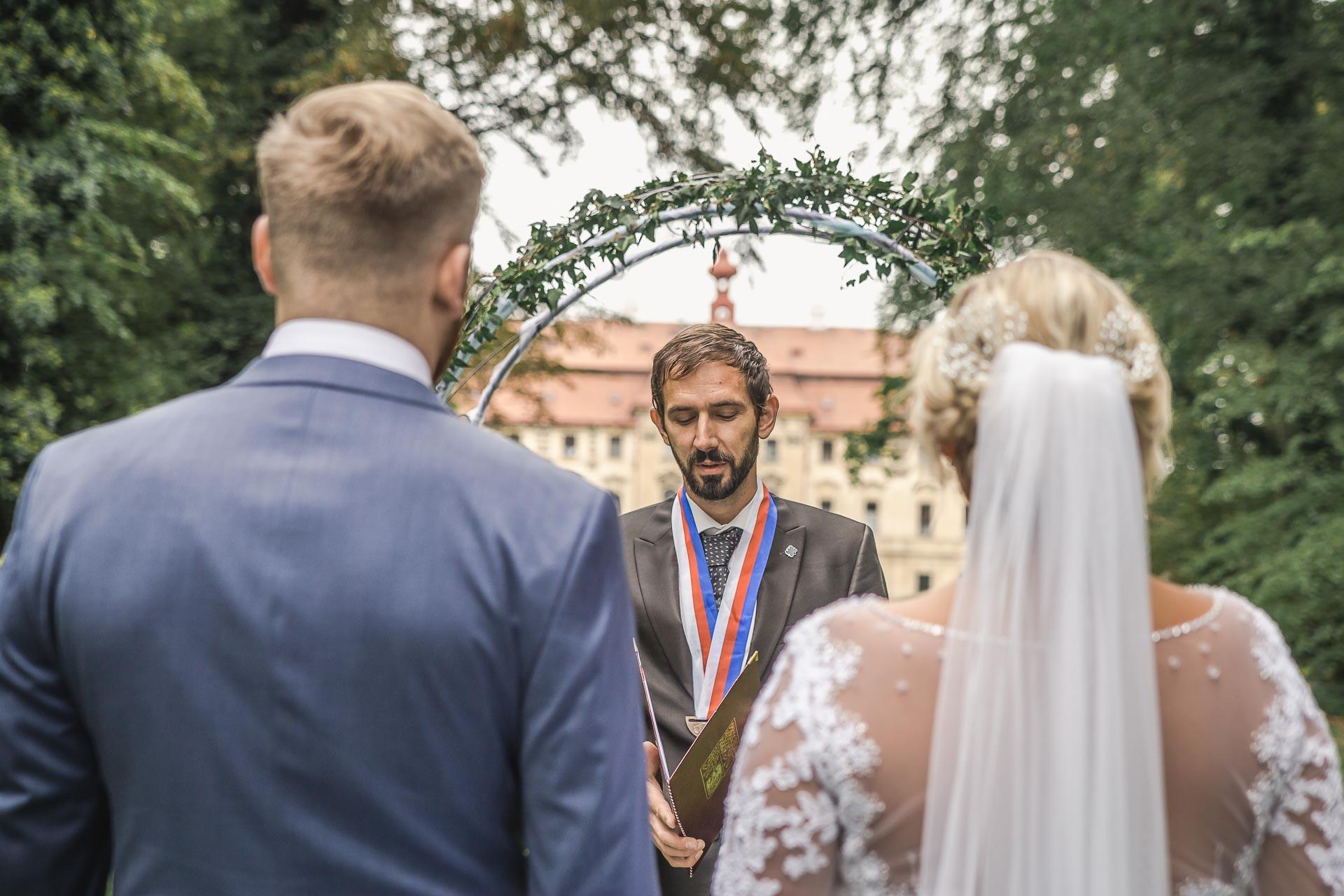 Svatební-fotograf-zámecký-park-Měšice-Svatba-Měšice-u-Prahy-7119