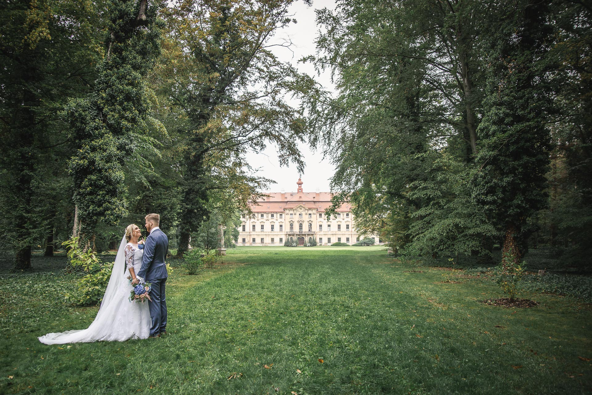 Svatební-fotograf-zámecký-park-Měšice-Svatba-Měšice-u-Prahy-7460