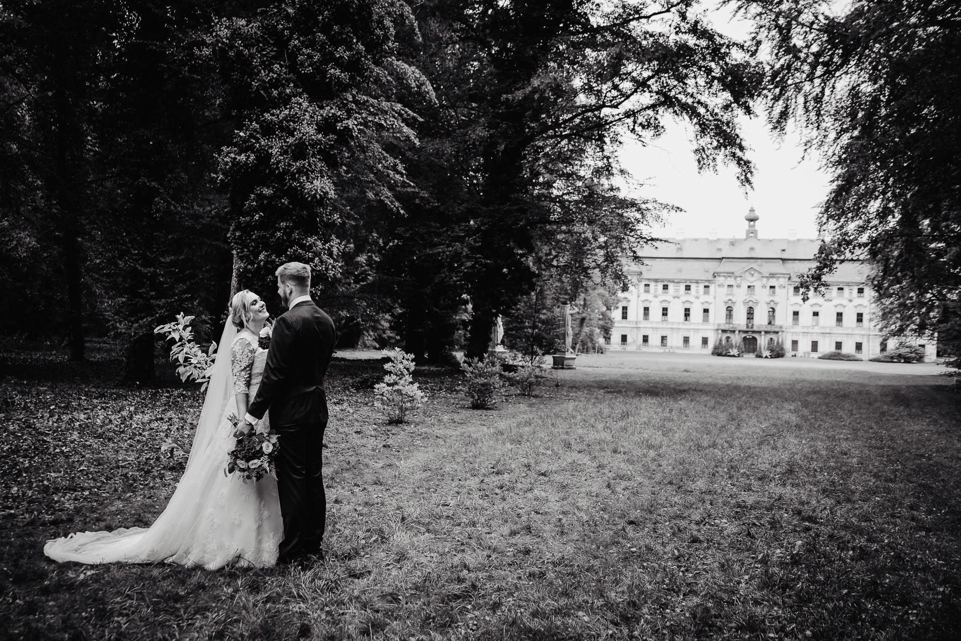Svatební-fotograf-zámecký-park-Měšice-Svatba-Měšice-u-Prahy-7466