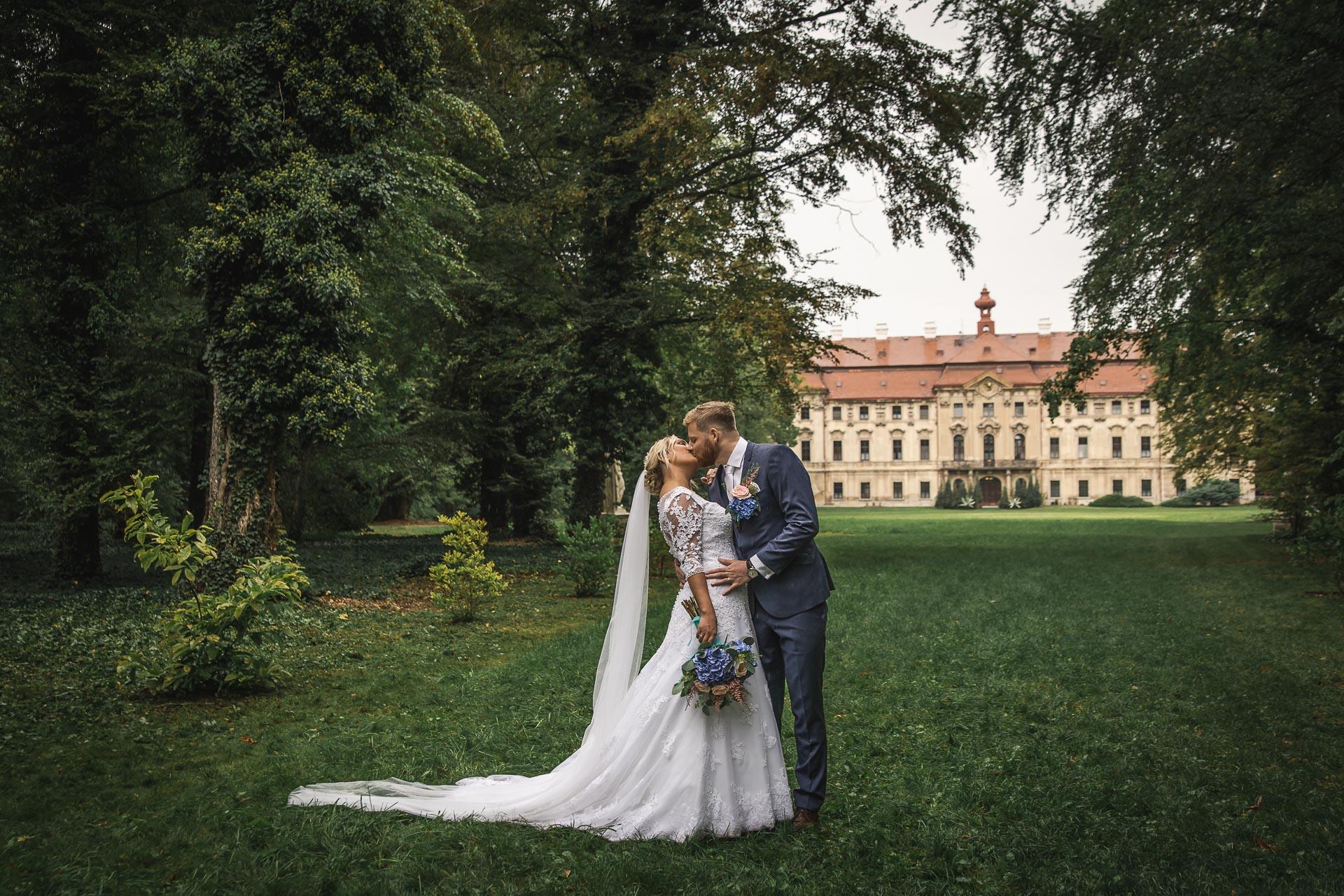 Svatební-fotograf-zámecký-park-Měšice-Svatba-Měšice-u-Prahy-7483