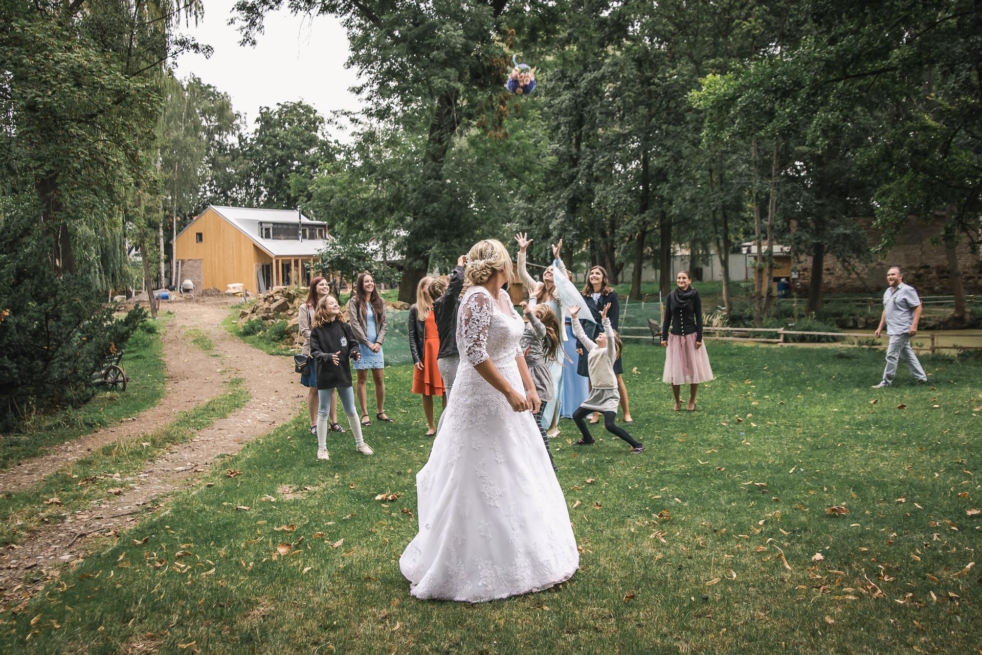 Svatební-fotograf-zámecký-park-Měšice-Svatba-Měšice-u-Prahy-8047