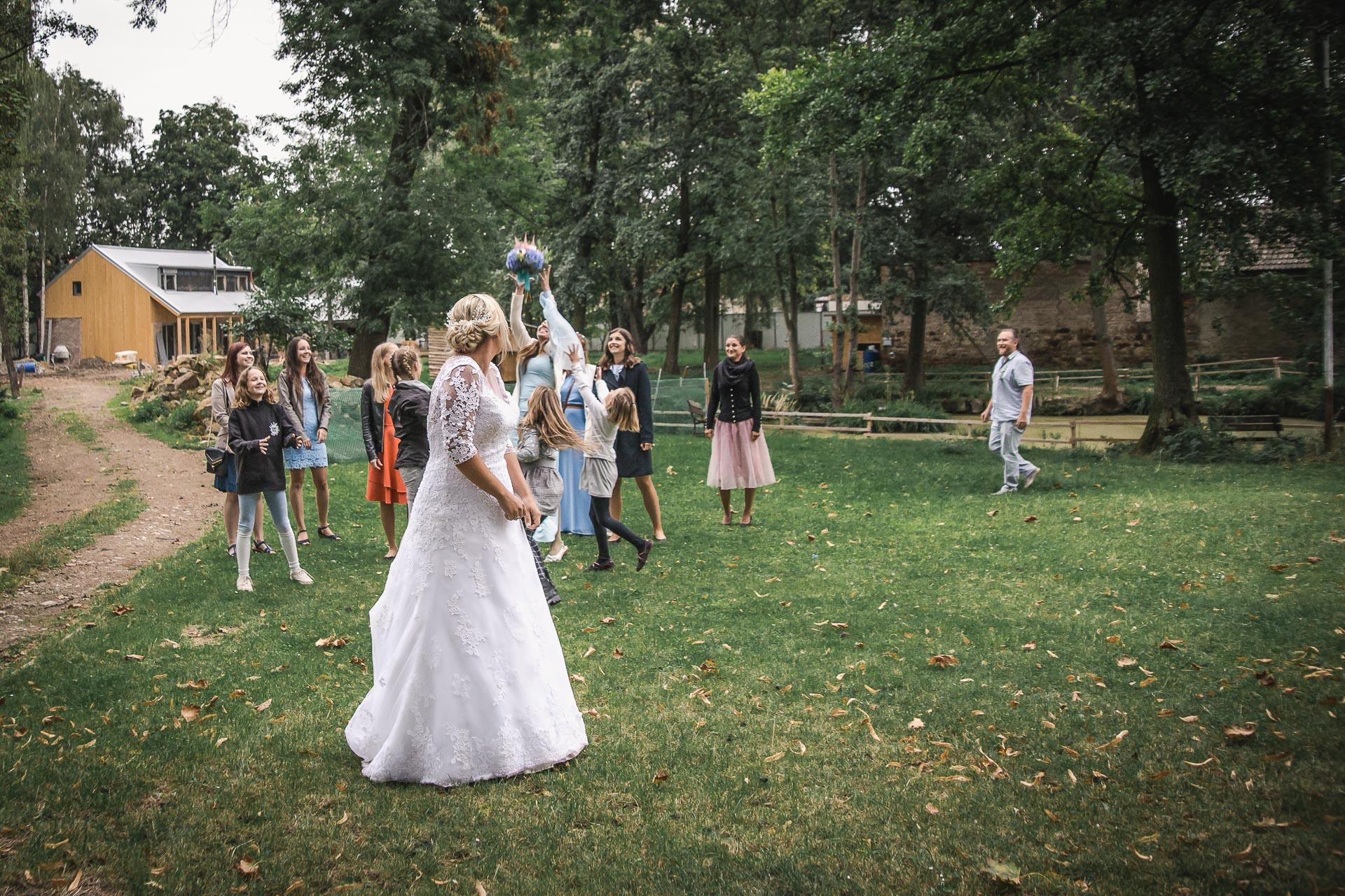 Svatební-fotograf-zámecký-park-Měšice-Svatba-Měšice-u-Prahy-8048